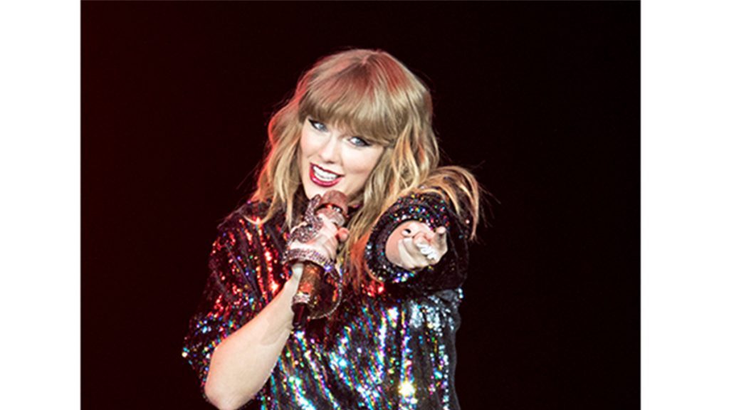 taylor swift pointing on stage